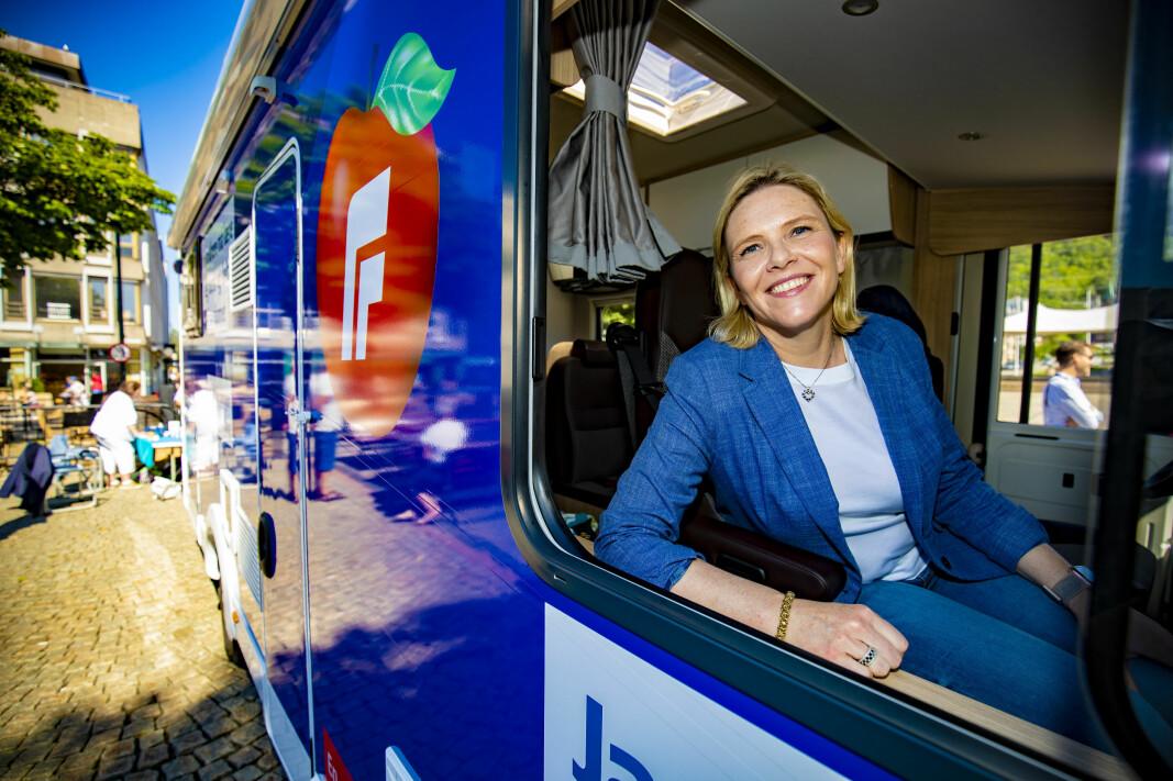 PÅ VEIEN: Frp-leder Sylvi Listhaug frir til velgerne på fire hjul i sommer.