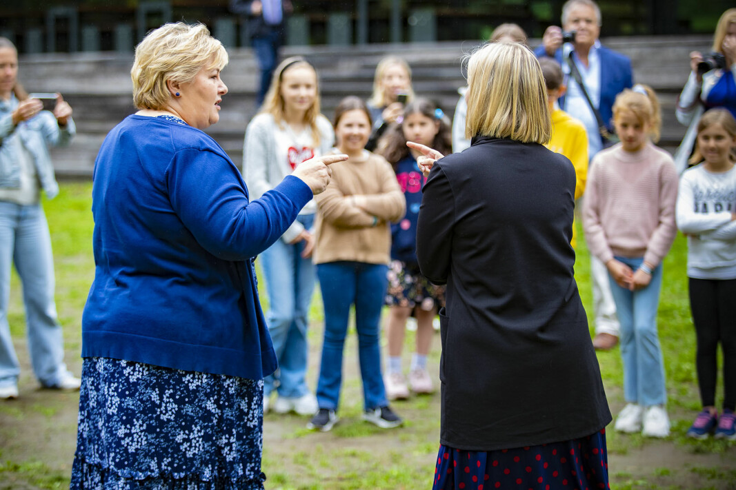 SANG, SPØRSMÅL OG SKRYT: Elevene på sommerskolen i Drammen fikk statsminister Erna Solberg og kunnskapsminister Guro Melby med på leken.