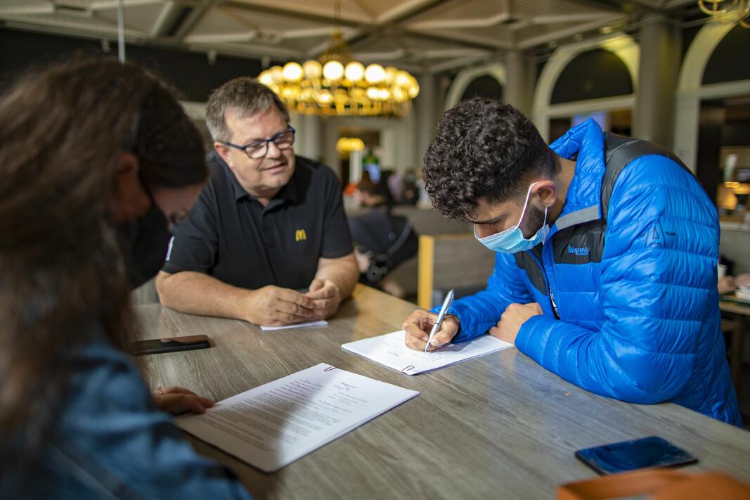 AVTALE: Dulzan Hasan fra Åssiden signerer her kontrakten for sin første sommerjobb med McDonalds-sjef Rune Larsen.