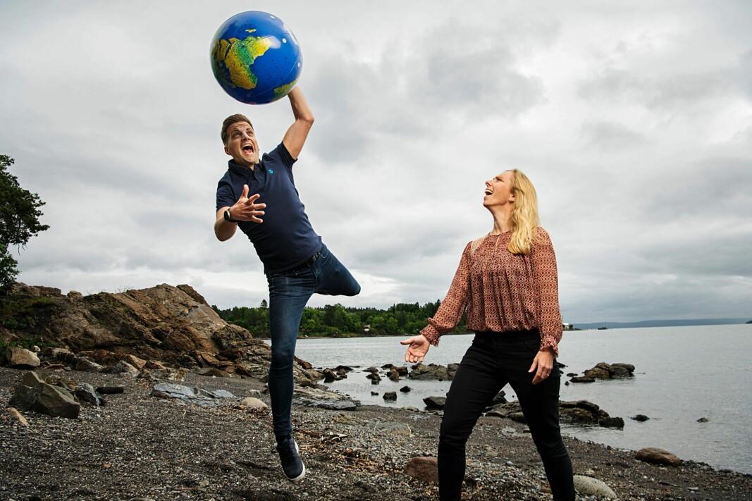 Andreas Handeland og Hilde Øverby i If og Europeiske Reiseforsikring er godt fornøyd med å bli tildelt terningkast 6 for tredje gang på rad i Norsk Familieøkonomis store reiseforsikringstest.