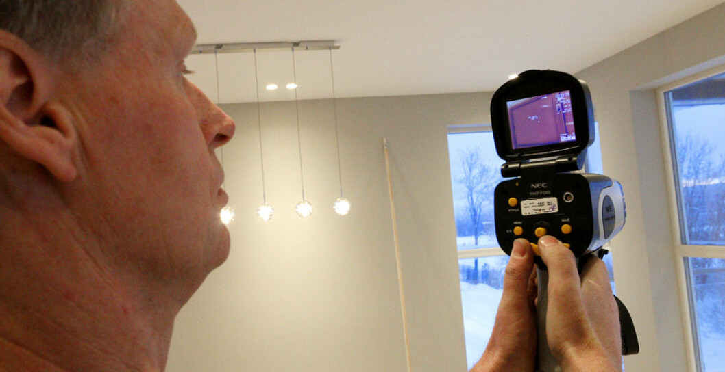 <em>POTENSIELLE PROBLEMOMRÅDER:Her viser Hæhre hvordan et termografikamera kan brukes. Områder med mørke farger på kameraskjermen avdekker steder med luftlekkasjer.
