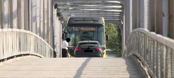 Bussen kjørte inn like før bilen var over: Ble stående i 20 minutter