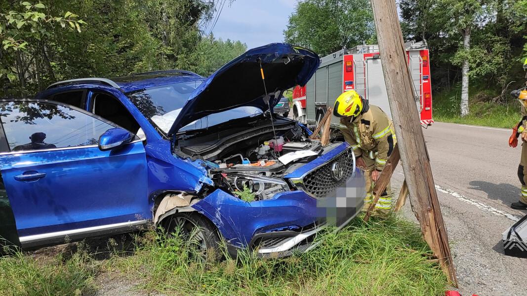 BÅDE BIL OG LYKTESTOLPE ØDELAGT: Bilen, en MG elbil, fikk omfattende skader i krasjen.