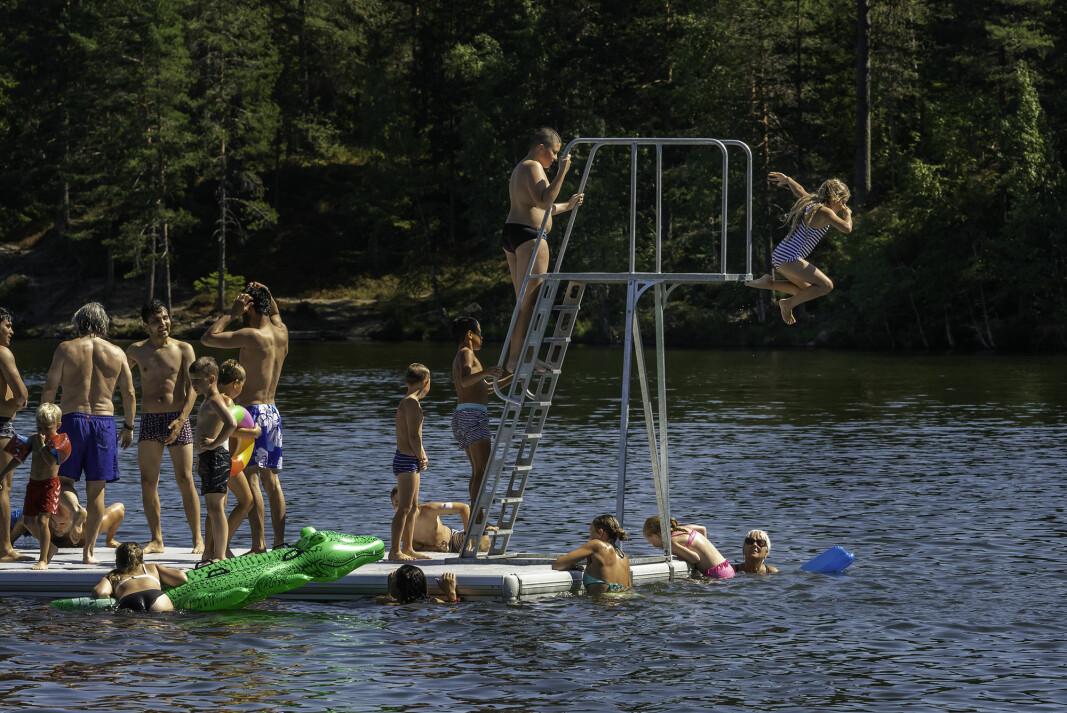 SOL OG SOMMER: Drammenserne valfartet til badeplassene torsdag. Her fra Landfalltjern tatt ved en tidligere anledning.