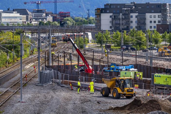 """<span class="""" italic"""" data-lab-italic_desktop=""""italic"""">Det er ryddet opp i sporjungelen på Grønland og det er spuntet og gjort klart i traesen for nytt dobbeltspor fra Drammen stasjon. </span>"""