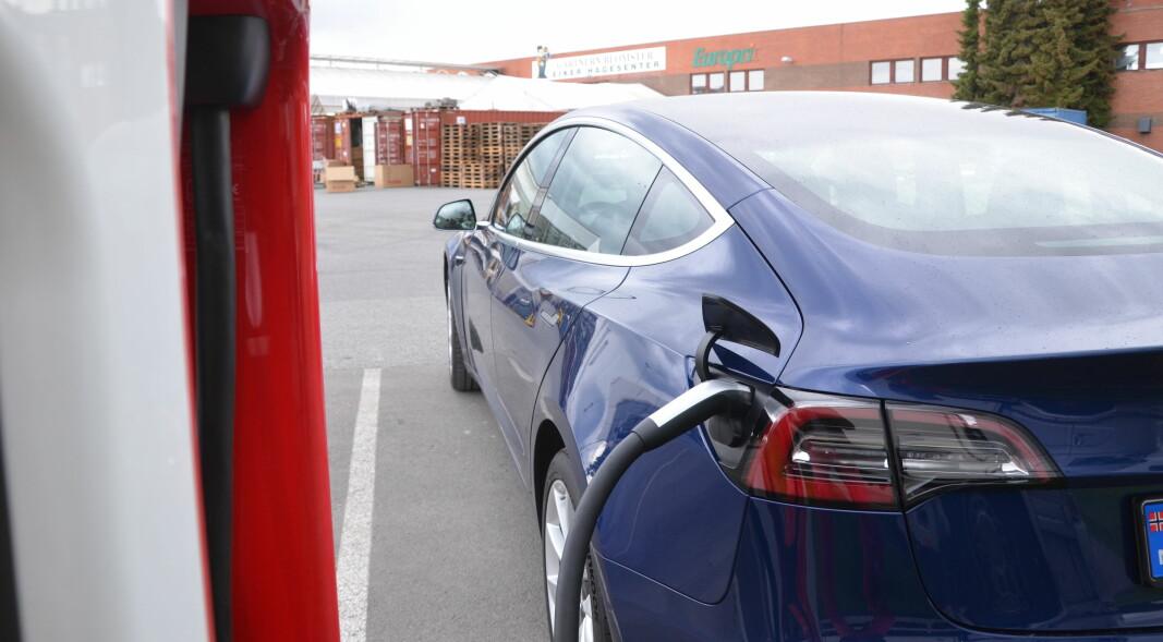 Juni-vinneren Tesla Model 3 har et glatt, aerodynamisk og smålekkert design.