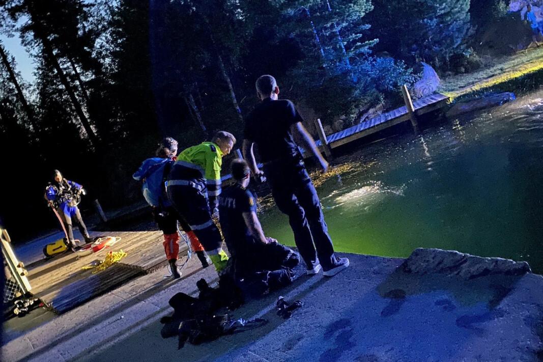 I GANG MED SØK: Her er redningsdykkere i aksjon for å finne mannen ved demningen på badeplassen.
