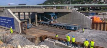 Sykehusundergang rullet på plass:  1.600 tonn - 240 hjul – 0,2 km/t