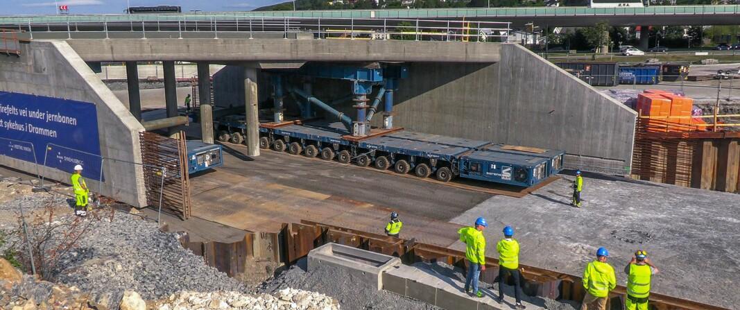 Sykehusundergang rullet på plass:1.600 tonn – 240 hjul – 0,2 km/t