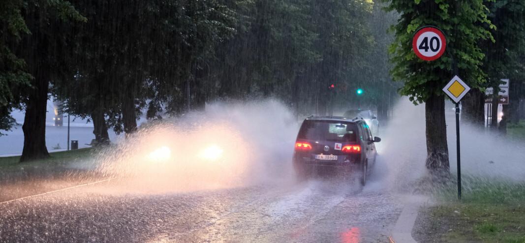VÅTT: Det var ikke lett å gå tørrskodd gjennom regndråpene i Drammen mandag kveld.