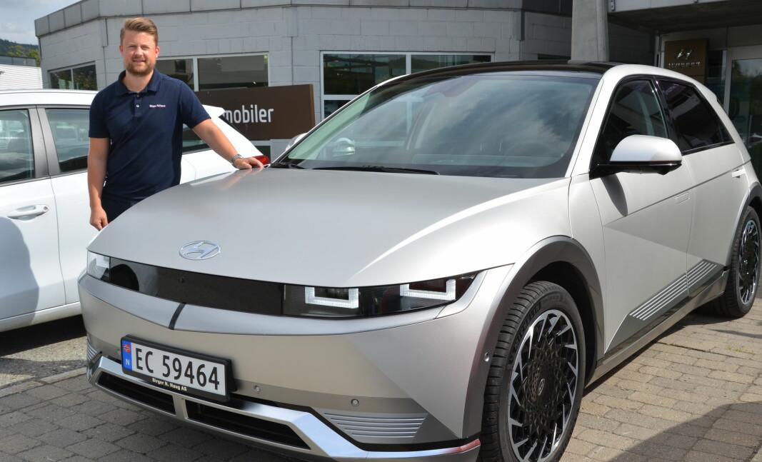 SKILLER SEG UT: Hyundai Ioniq 5 har fått et særpreget design som mange opplever som en vellykket miks av fremtid og retro. – Salgstallene for Hyundai Ioniq 5 bare øker for hver eneste måned som går, fastslår Espen Bagroen hos Birger N. Haug på Kjellstad.
