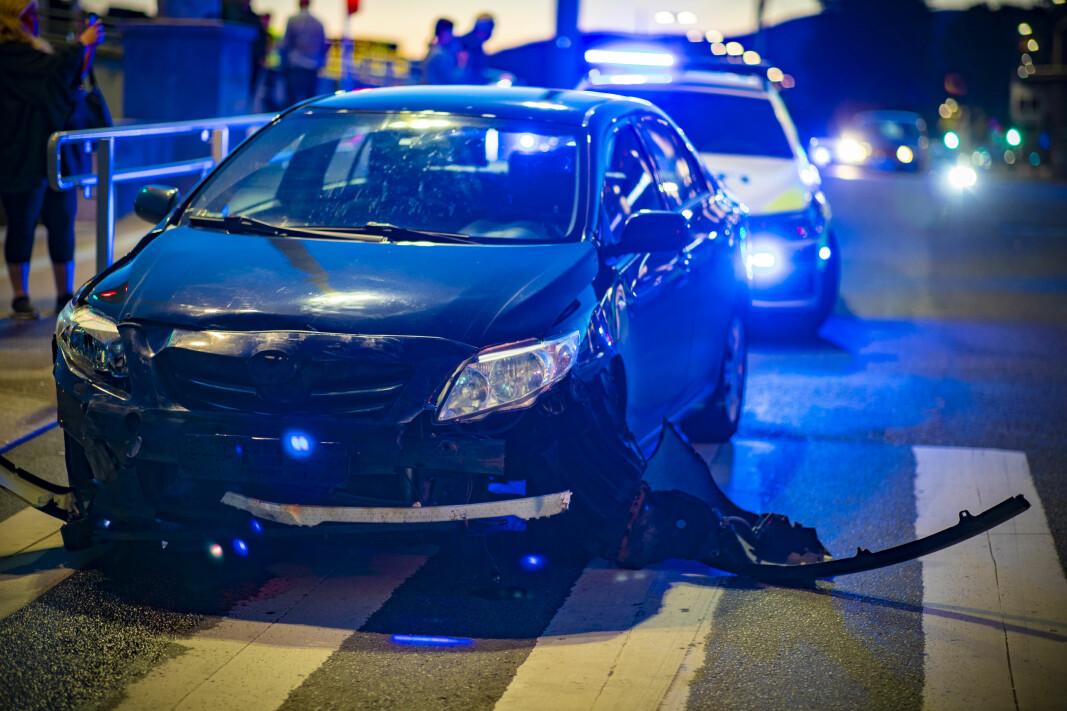 """<span class="""" italic"""" data-lab-italic_desktop=""""italic""""><span class="""" font-weight-bold"""" data-lab-font_weight_desktop=""""font-weight-bold"""">VRAK: </span>Skadene på den andre bilen som ble truffet på bruenden på Bragernes-siden forteller litt om farten bilen som stakk fra politiet hadde.</span>"""