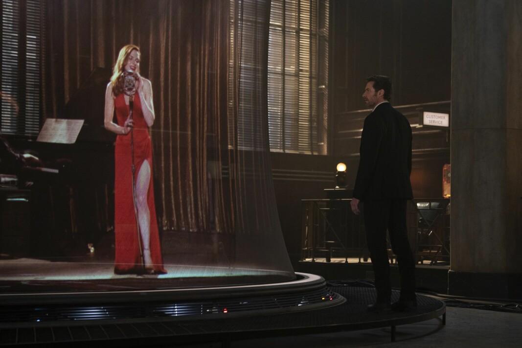 Nick (Hugh Jackman) inspiserer en 3D-prosjektering av Mae (Rebecca Ferguson) fra et minne fra en person liggende i minnemaskinen.