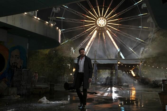 """<span class="""" italic"""" data-lab-italic_desktop=""""italic"""">Hugh Jackman har byttet ut Wolverine-klørne for litt kjærlighetshungrig mystikk</span>"""