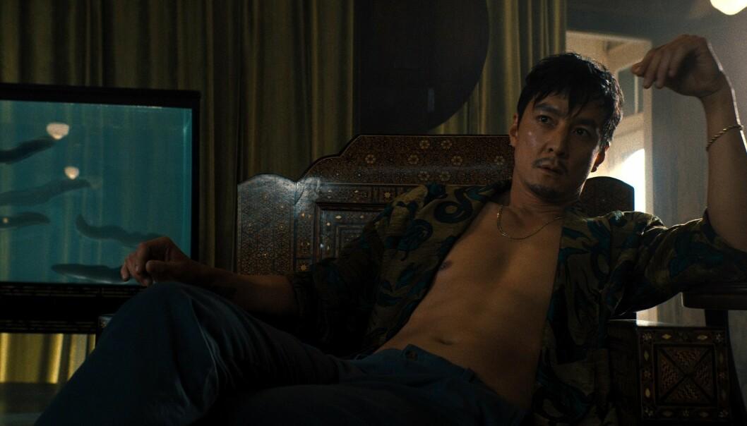 """<span class="""" italic"""" data-lab-italic_desktop=""""italic"""">Saint Joe (Daniel Wu), en glatt, sjarmerende og brutal rival til Nick fra en utilgivelig kriminell underverden</span>"""