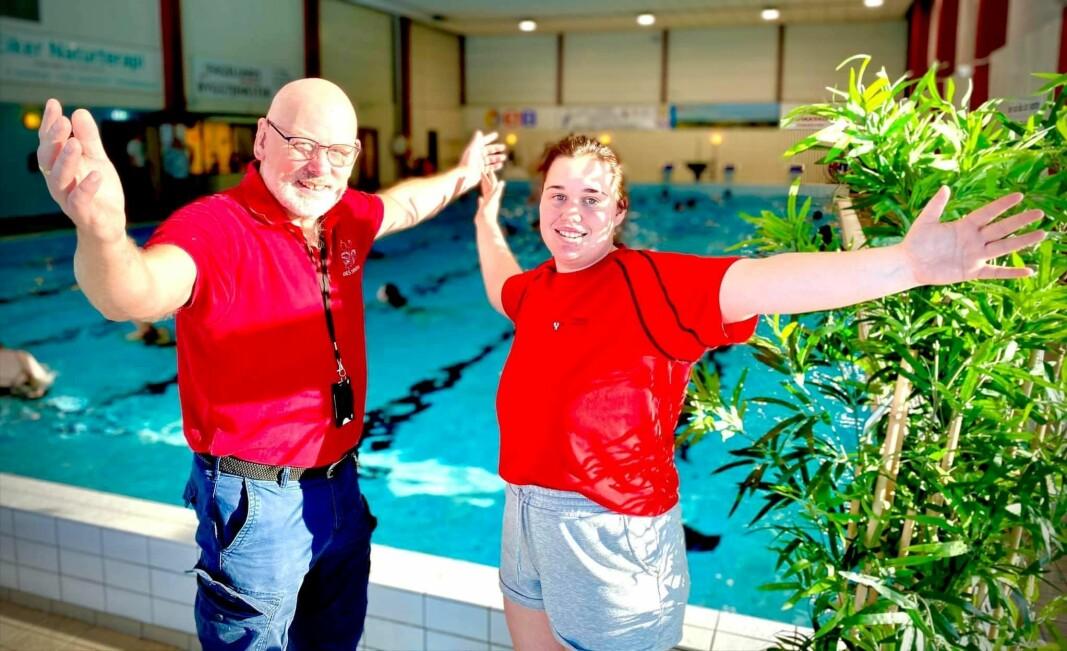 Badebestyrer Odd Henry Skaar og instruktør og badebetjent Elisabeth Thorsen Yttre ønsker badegjestene velkommen.