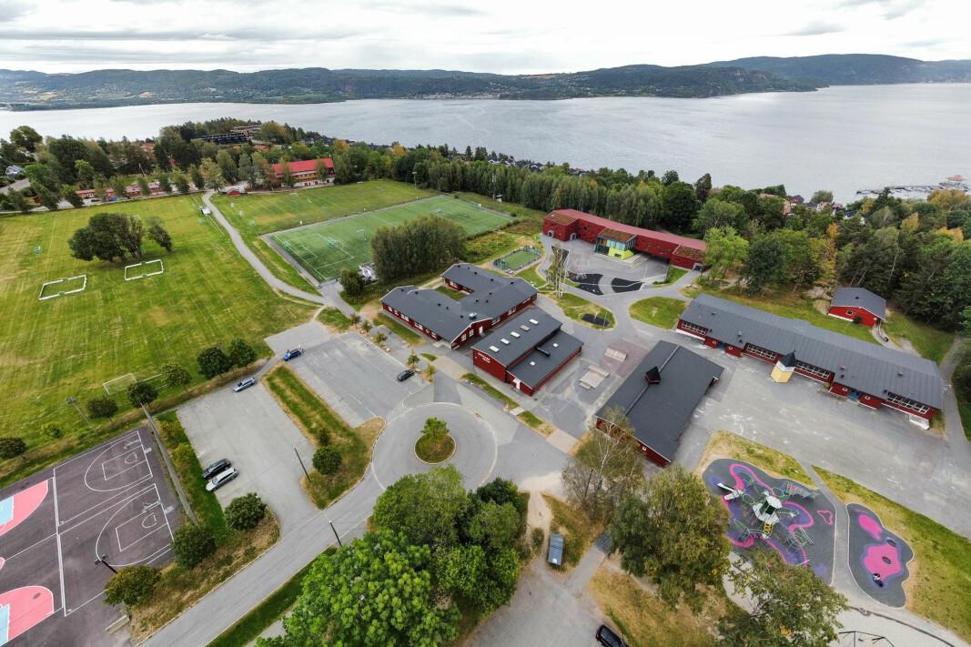 ÅSKOLLEN: Dagens skoleområde, hvor det skal bygges ny ungdomsskole i samme område.