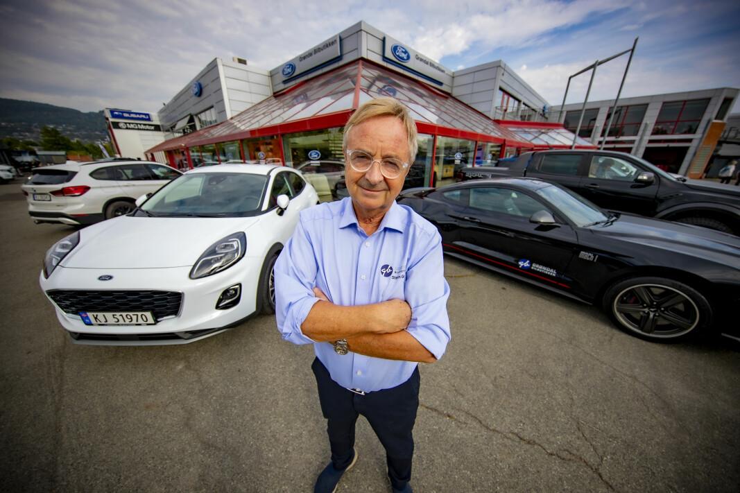 HOLDER KOKEN: Stein Grøndal (70) er fortsatt en travel mann - og selger biler i bøtter og spann.