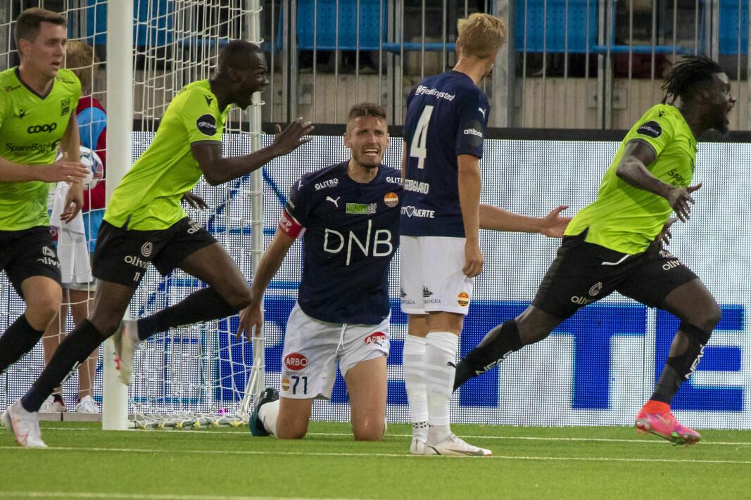 FORTVILTE: Det ble et surt tap for kaptein Gustav Valsvik og debutant Thomas Grøgaard i Godset-forsvaret, mens eks-Godset Moses Mawa jublet hemningsløst for seier foran SIF-fansen.