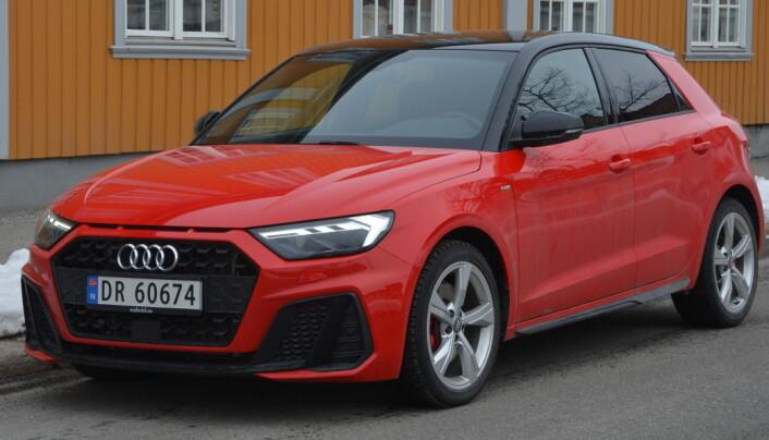 """<span class="""" italic"""" data-lab-italic_desktop=""""italic"""">Audi A1 var med på å løfte tallene for bensinbiler i august.</span>"""