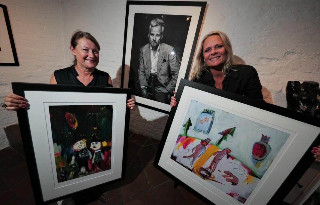 GLEDER SEG: Galleri-eier Solveig Paulsrud og gallerist Nina Hovde med det populære «Paradise Lost» og det mer ukjente «Dream 2».