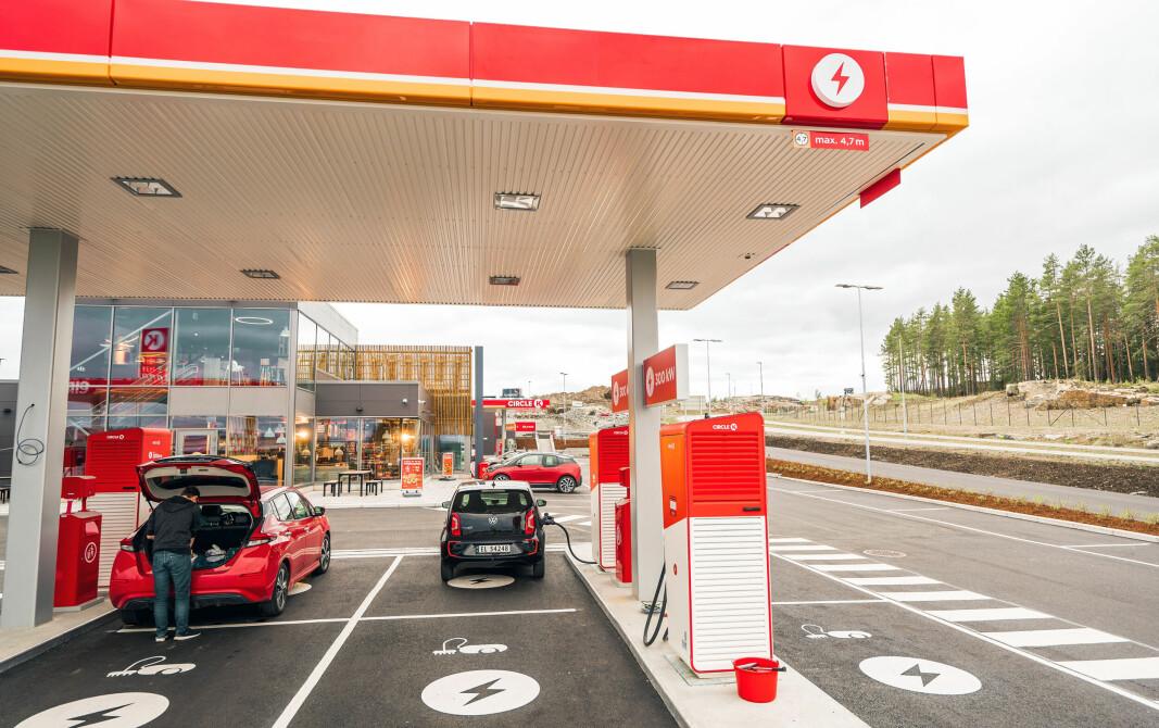 Circle K Kongsbergporten: Folk vil ha et servicetilbud og litt komfort når de lader. Noe så enkelt som et tak over ladestasjonen bør være et minstekrav, mener NAF.