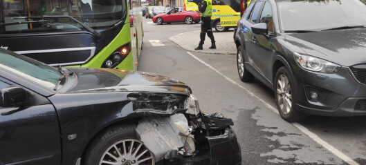 Fire kjøretøy involvert i buss-krasj