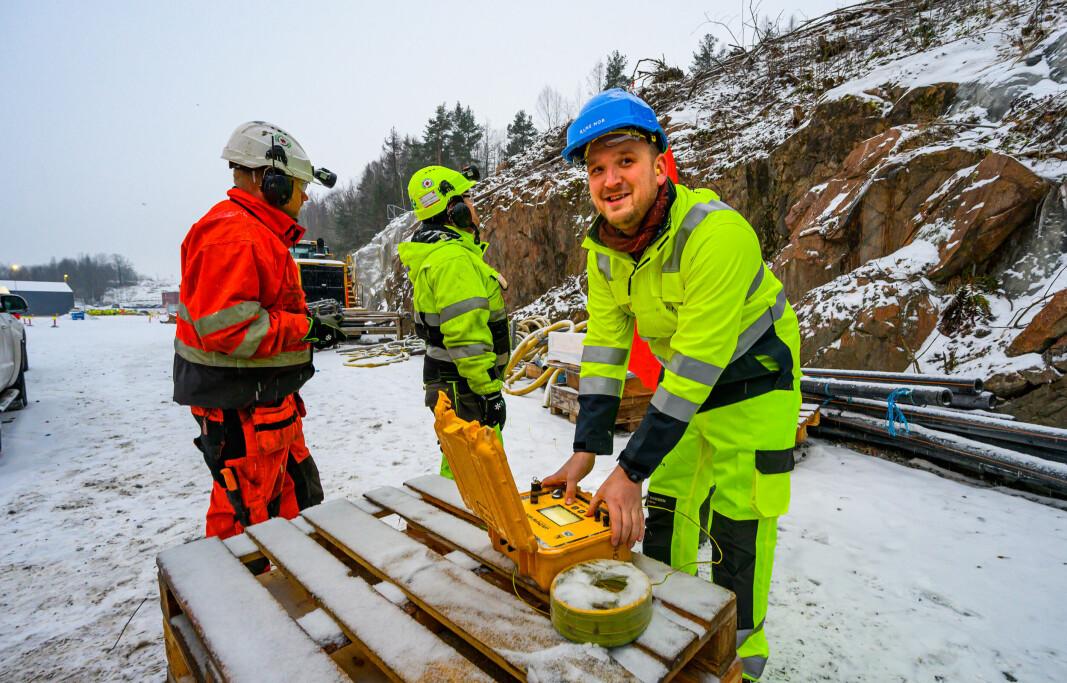 """<span class="""" italic"""" data-lab-italic_desktop=""""italic"""">Daværernde samferdselsminister Jon Georg Dale fyrte av første dynamittsalve for den nye tunnelen i desember 2019. To år senere er fjelldelen av tunnelen og en million tonn stein sprengt og kjørt ut.</span>"""