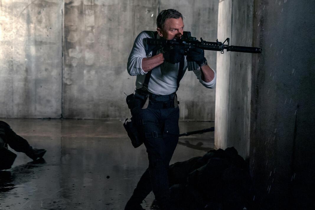 James Bond har byttet ut Walther-pistolen med litt mer slagkraft.