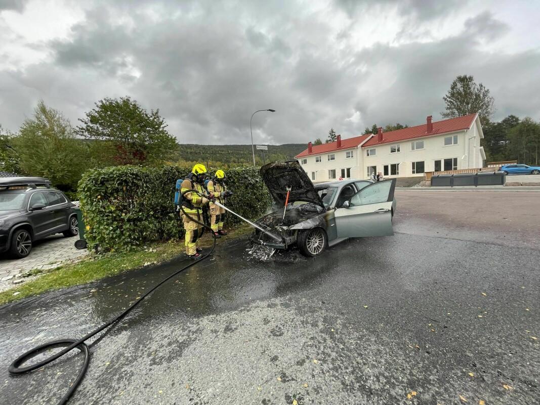 VRAK: Bilen, en eldre BMW 3-serie, ble helt utbrent i motorrommet hvor brannen skal ha startet.