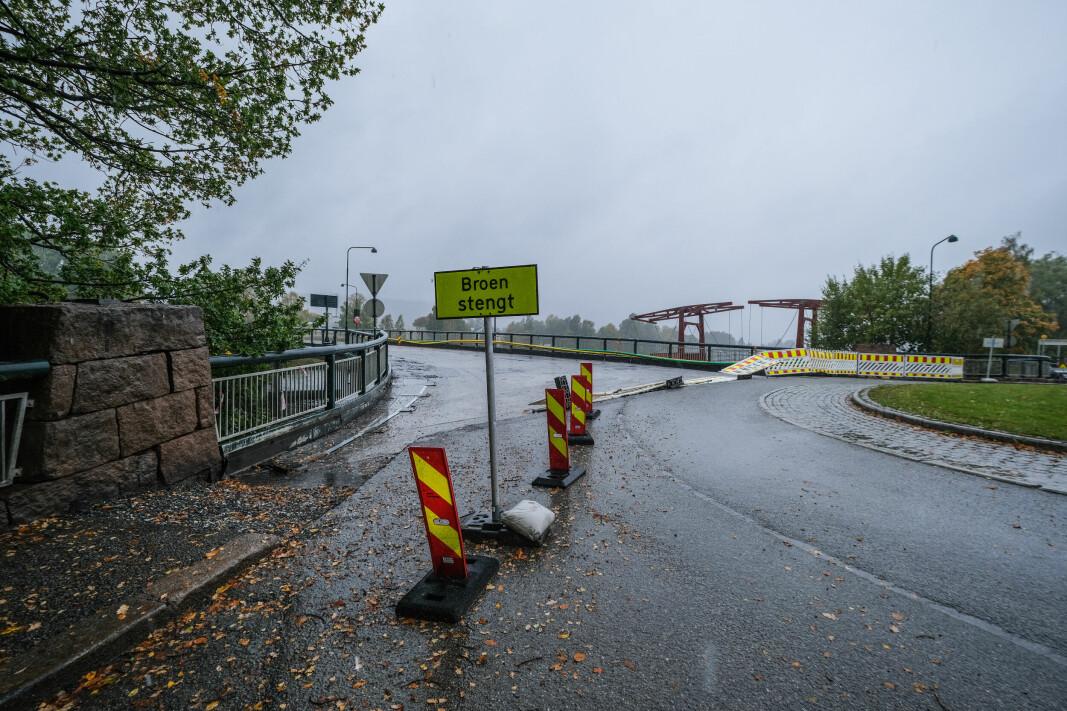 TATT AV VINDEN: Veisperringene ved Landfalløybrua hadde blåst ned søndag ettermiddag.