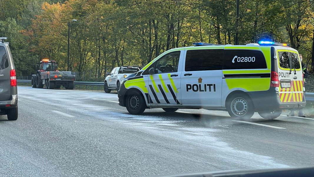 SØLTE OLJE OVER EN HALV KILOMETER: Traktor på motorveien i morgenrushet forårsaket massive køer etter motorhavari.