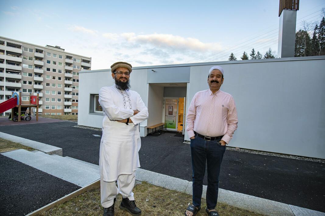 MOSKEEN PÅ FJELL: Her representert ved imam Malik Muhammad Avais (t.v.) og Nasir Mahmood Gondal i Drammen Moské. Øverst til høyre sees bønnetårnet - minareten. Bildet er tatt ved en tidligere anledning.