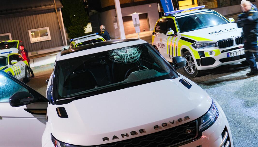 LIVSFARLIG: En nyere Range Rover var en av bilene som fikk knust frontruta og fikk store skader etter steinkastingen.
