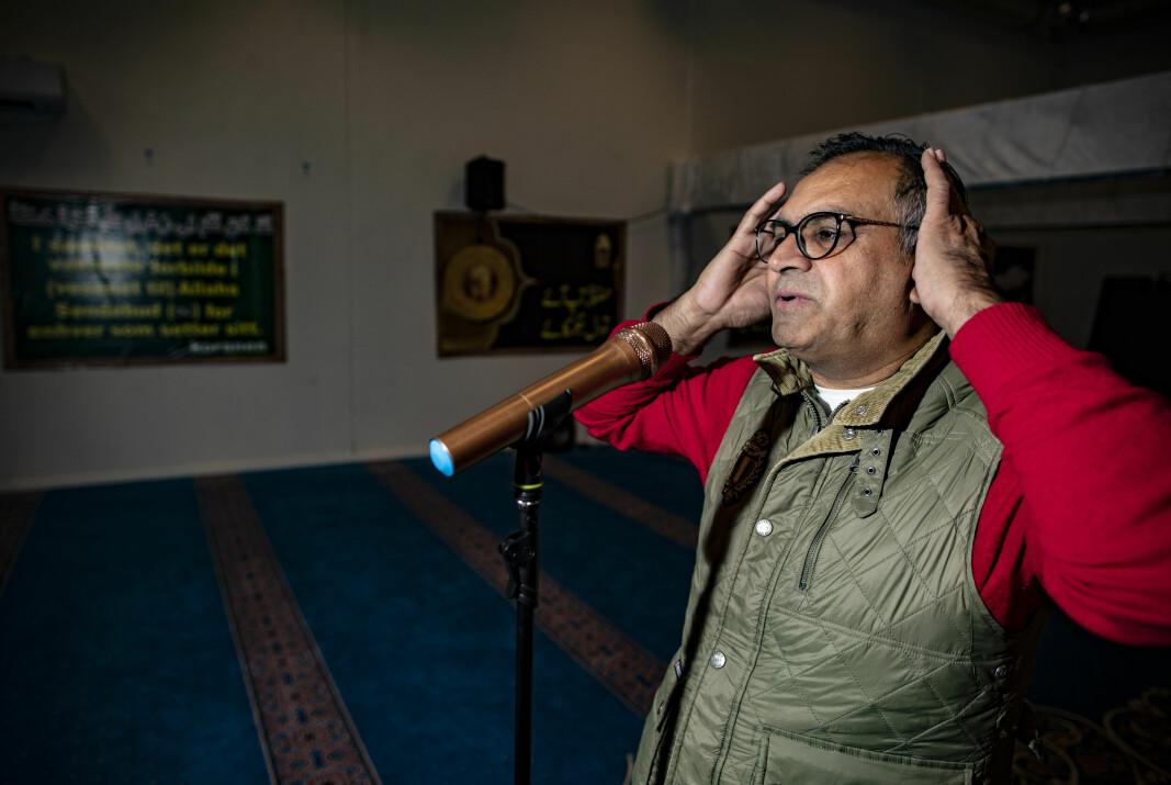 KALL TIL BØNN: Norsk-pakistanske Nasir Gondal, tidligere leder og nåværende styremedlem i Drammen Moské, demonstrerer bønneropet «adhan». Til vanlig er det imamen som utfører den islamske skikken.