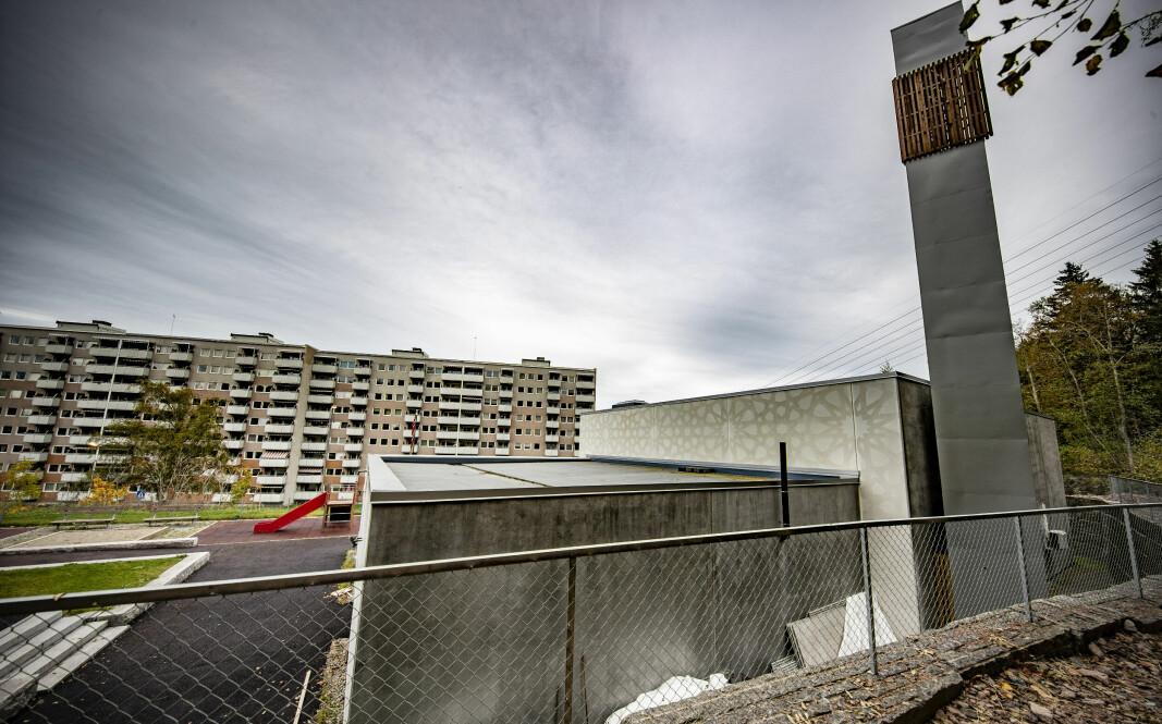 """<span class="""" italic"""" data-lab-italic_desktop=""""italic""""><span class="""" font-weight-bold"""" data-lab-font_weight_desktop=""""font-weight-bold"""">TETT PÅ NABOLAGET:</span> En av de største blokkene på Fjell ligger rett over veien for moskeen og bønnetårnet, som er bygget helt øverst på Fjell. Den såkalte minareten stod ferdig for omlag to år siden da resten av moskeen var klar etter mange års bygging. Prislappen var 22 millioner og var i hovedsak finansiert av donasjoner fra menigheten.</span>"""