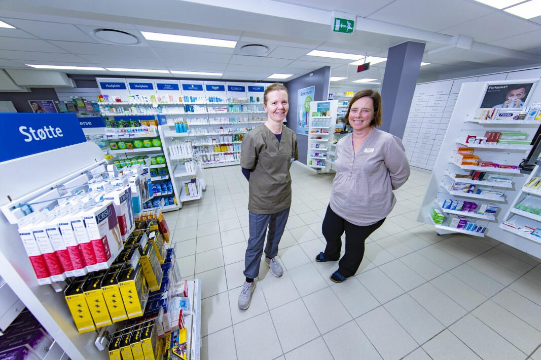 NYE LEIETAGERE: Farmasøyt, eier og daglig leder Katarzyna Czulinska (t.v.) og apotektekniker Marit Sand Larsen er fornøyde med resultatet etter å ha pusset opp de gamle lokalene etter søndagsbutikken til Kiwi.