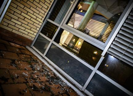 Rasende gjenganger knuste fasaden på politihuset med stein