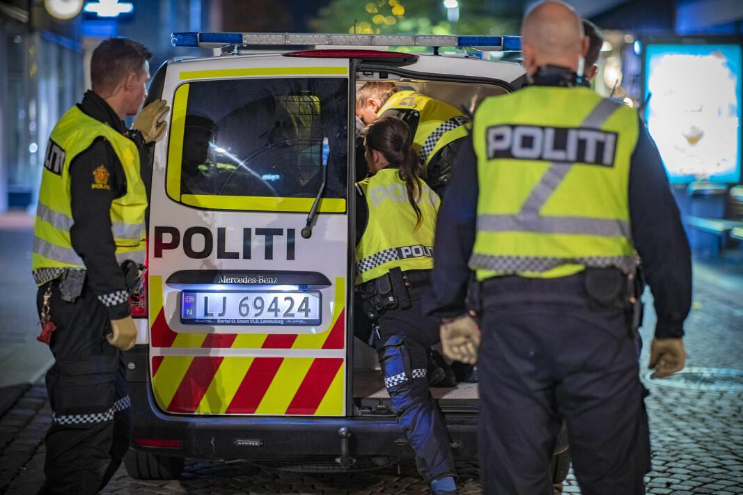 GIKK «BANANAS»: En ung mann som først ble forsøkt bortvist og geleidet vekk fra Bragernes Torg, valgte isteden å sette seg opp mot politiet, hvorpå totalt seks politibetjenter måtte bruke makt for å få kontroll på vedkommende. Deretter ble det korteste vei til arresten.