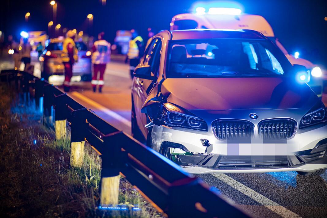 KRAFTIG SMELL: Bilen fikk store skader i fronten og det ene forhjulet, og var ikke kjørbar.